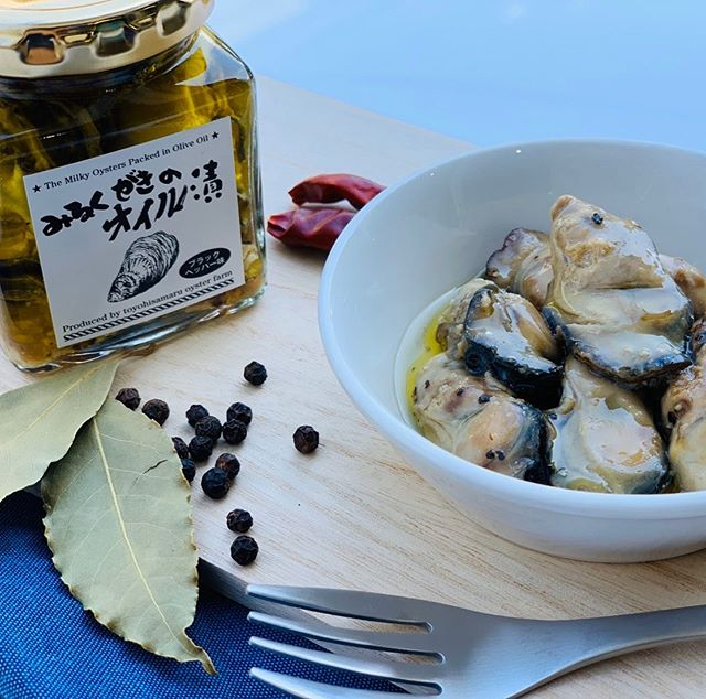 みるくがきのオイル漬けブラックペーパーがオススメです。今年のみるくがき豊久丸は10月26日 土曜日|グランドオープンです。綺麗になった豊久丸に遊びに来てください。PayPay使えます^_^#糸島 #牡蠣小屋 #豊久丸 #みるくがき  #プレゼント企画 #フォローa&いいね #アヒージョ #アクアグローバルフーズ